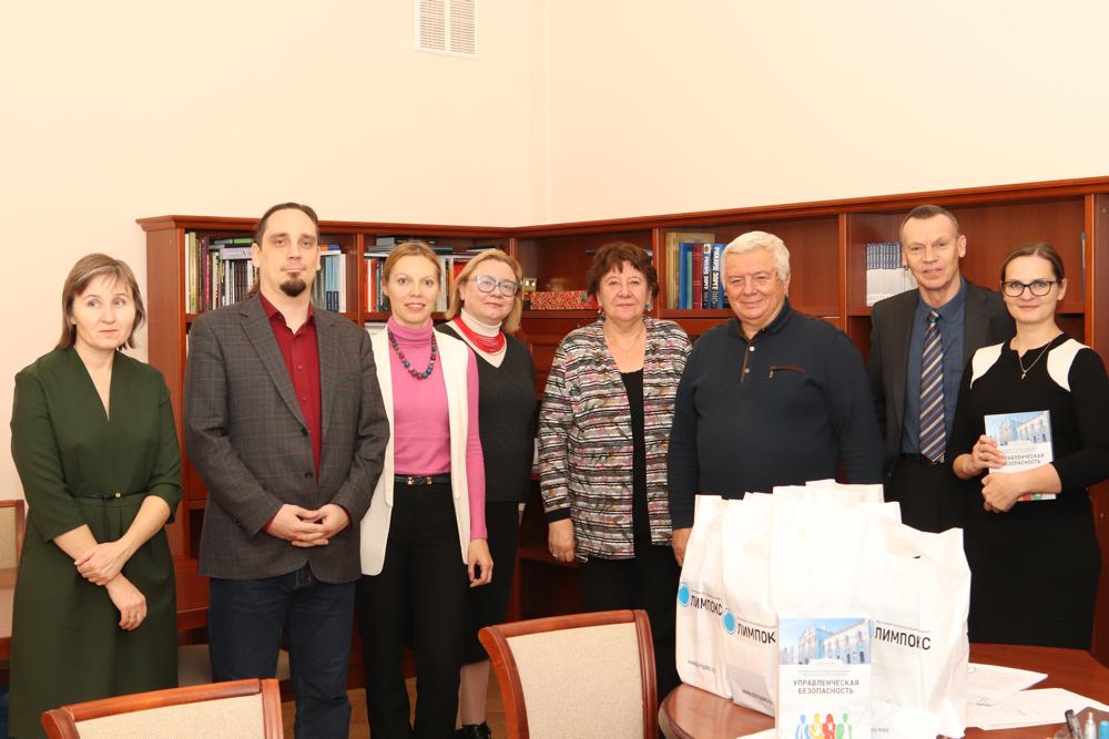На фото слева направо: Н.А. Муравьева, Я.И. Грищенко, Ю.М. Кукарина, Е.П. Буторина, Е.М. Бурова, А.Г. Цицин, А.Б. Безбородов и С.А. Глотова