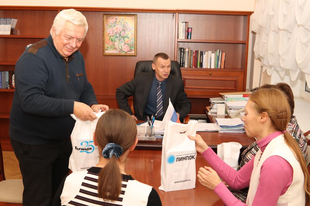 Руководитель КГ «ТЕРМИКА» А.Г. Цицин вручает комплекты книг преподавателям РГГУ