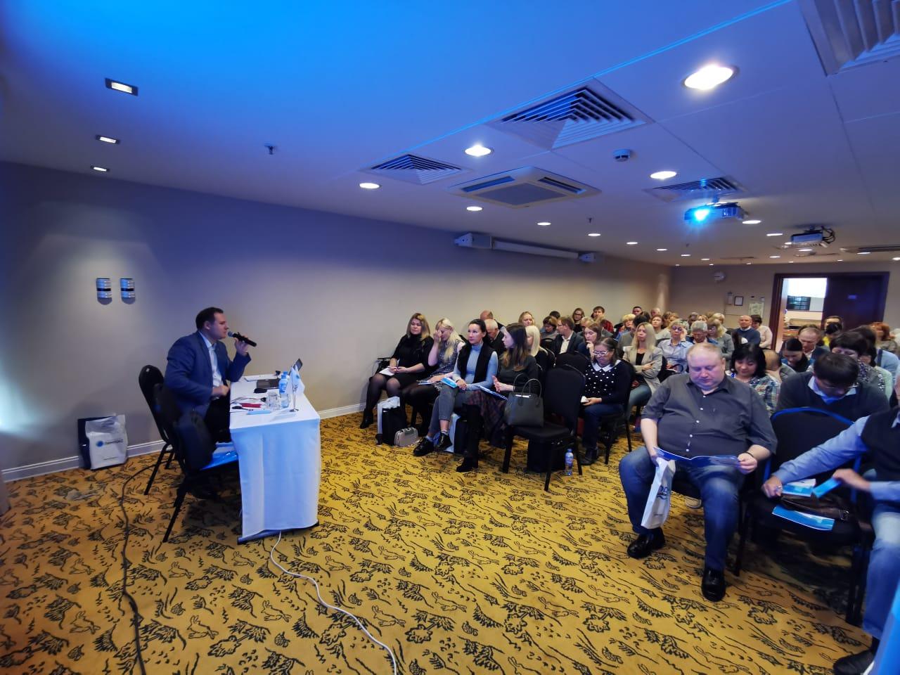 Первый заместитель руководителя КГ «ТЕРМИКА» по продажам Дмитрий Черняев выступает перед участниками семинара